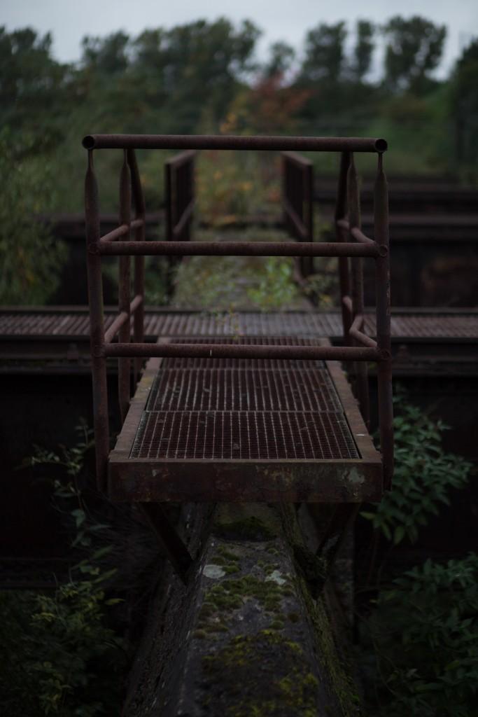 geheimnisvolle Brücke in der Dämmerung