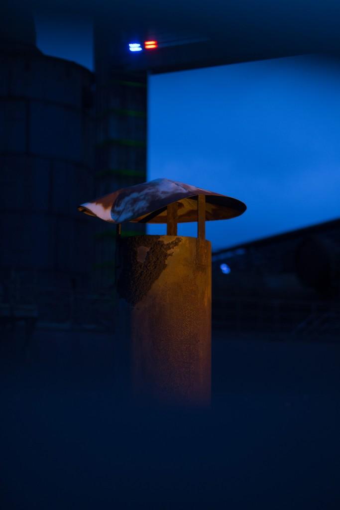 mysteriös, fotografiert mit entfesseltem Blitz